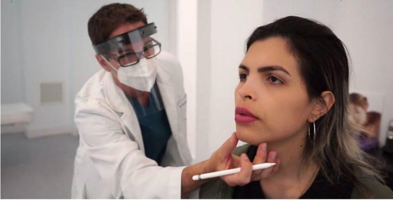 Dr. Macía Colón con paciente de feminización facial