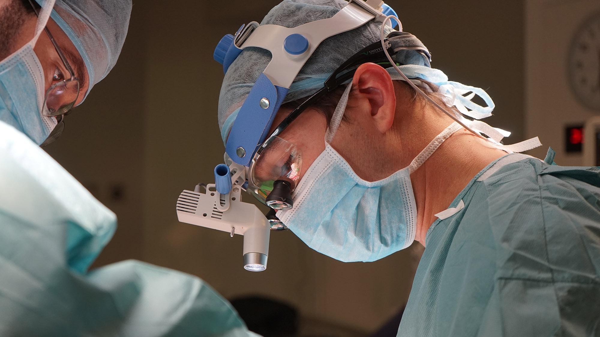 Dr. Macía operando
