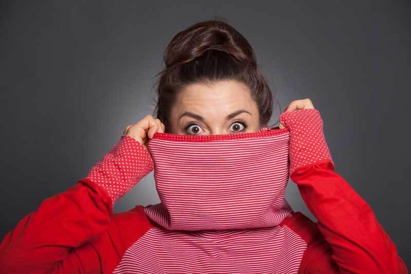 Mujer ocultando su nariz por complejo